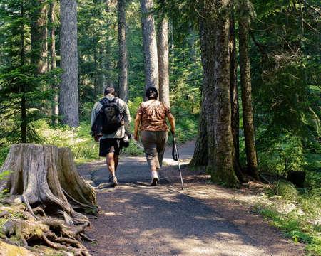 Hispanic Man And Woman On Day Hike 免版税图像 - 30469600
