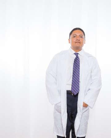 lab coat: Mezza et� professionista maschio ispanica che indossa un camice da laboratorio