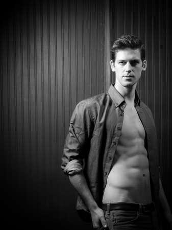 shirt unbuttoned: Giovane Fiducioso uomo atletico in camicia sbottonata