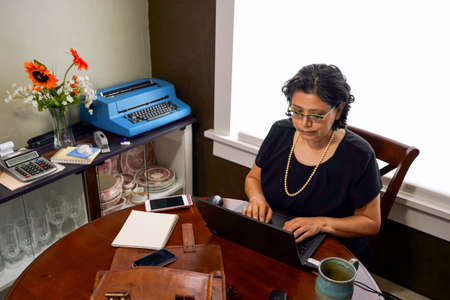 Spaanse Vrouw Werk Vanuit Home