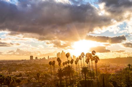 Goldene Stunde von Los Angeles mit Wolken und Palmen Standard-Bild - 81720877