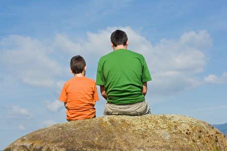 ni�os hablando: Padre que da algunos consejos a su hijo - el concepto de grandes palabras Foto de archivo