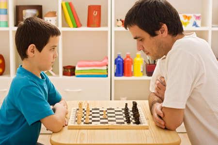 jugando ajedrez: Padre y su hijo jugando al ajedrez
