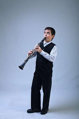 clarinete: Niño feliz jugando en el clarinete entusiasta