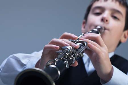 clarinete: Ni?o peque?o que juega en el clarinete Foto de archivo