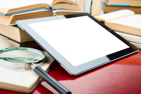 biblioteca: Libros y Tablet PC Foto de archivo