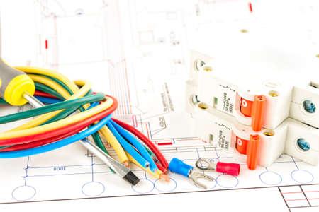 ingenieria el�ctrica: herramientas el�ctricas en un fondo blanco.