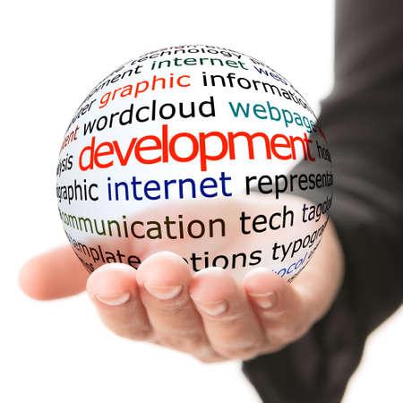 Transparante bal met inscriptie ontwikkeling in een hand