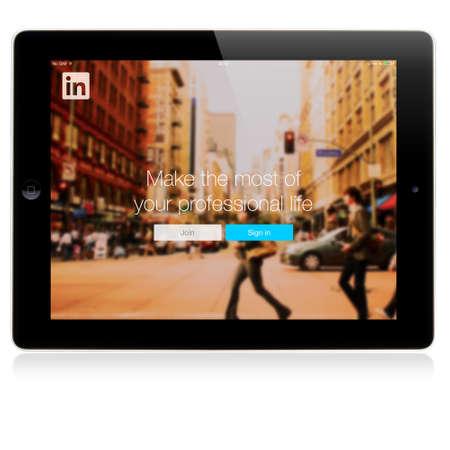 social networking service: SIMFEROPOL, Rusia - 06 de julio 2014: P�gina de registro LinkedIn en la pantalla del iPad de Apple. LinkedIn es una red social orientada a los negocios, lanzada el 05 de mayo 2003