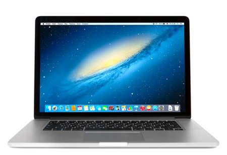 Simferopol, Rusia - 01 de noviembre 2014: Vista frontal de la MacBook Pro. MacBook es una marca de ordenadores portátiles fabricados por Apple Inc.