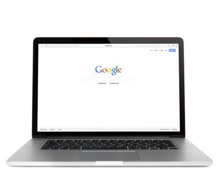 manzana: SIMFEROPOL, Rusia - 01 de noviembre 2014: página web Google en Macbook pro pantalla. es una corporación multinacional americana especializada en servicios y productos relacionados con Internet Editorial