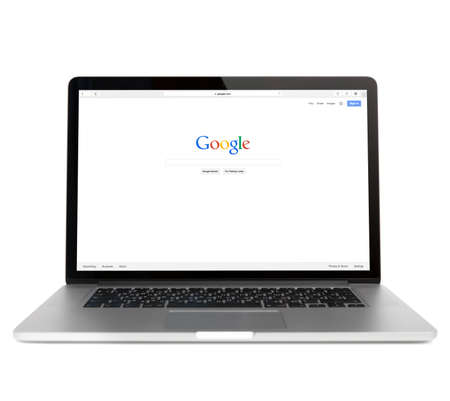 SIMFEROPOL, Rusia - 01 de noviembre 2014: página web Google en Macbook pro pantalla. es una corporación multinacional americana especializada en servicios y productos relacionados con Internet Editorial