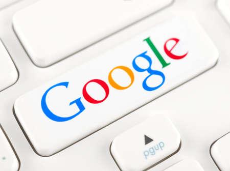 google: SIMFEROPOL, Rusia - 22 de noviembre 2014: Sesi�n de fotos de Google logotipo en un bot�n del teclado. Google es una empresa multinacional estadounidense especializada en servicios y productos relacionados con Internet Editorial