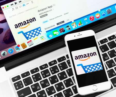 empresas: SIMFEROPOL, Rusia - 22 de noviembre 2014: aplicación Amazon en el Apple iPhone 6 y pantalla Macbook. Amazon es una empresa de comercio electrónico internacional de América