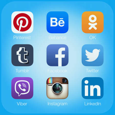 medios de informaci�n: Simferopol, Rusia - 21 de abril de 2015: Los iconos de las aplicaciones de redes sociales m�s populares de la pantalla del ordenador Editorial