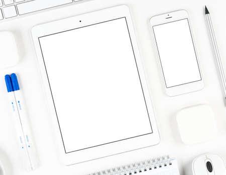 fond de texte: Vue de dessus: la tablette du clavier et smartphone sur table blanc fond avec l'espace de texte et l'espace de copie. Banque d'images