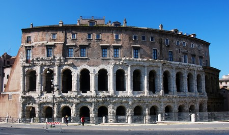 spqr: El teatro de Marcelo es un antiguo teatro construido justo antes del Imperio Romano. Fue completado en 13 a. C. y formalmente inaugurado en 12 a. C. por Augusto. El teatro fue 111 m de di�metro, que podr�a contener originalmente 11.000 espectadores. Foto de archivo