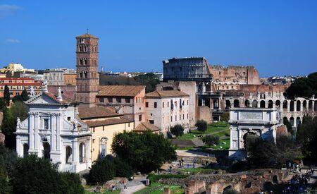spqr: El Foro Romano conocido por su nombre original en lat�n (Foro Romano), est� situado entre la colina Palatina y la colina Capitolina de la ciudad de Roma. Es el �rea central alrededor del cual se desarroll� la civilizaci�n romana antigua.