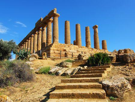 doric: Construida entre 470 y 450 a. C., el templo de junio ocupa la posici�n m�s alta y m�s panor�mica en la colina. El templo es considerado uno de los monumentos m�s elegantes de la arquitectura d�rica.