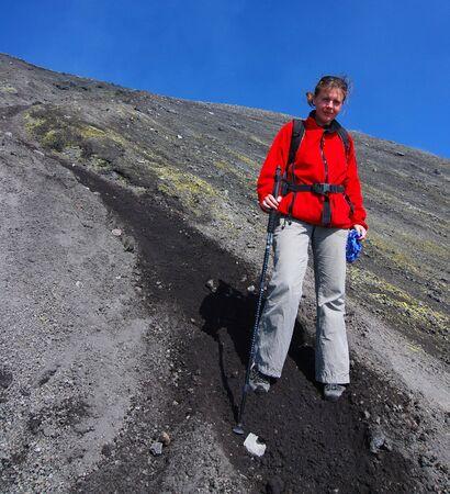 crater highlands: Trekking en la monta�a (3323 m de altitud) de la Etna en Sicilia. La asscension a la parte superior es peligroso por la altitud, thunders, emanaci�n sulf�rico y la posibilidad de erupci�n de volc�n.  Foto de archivo