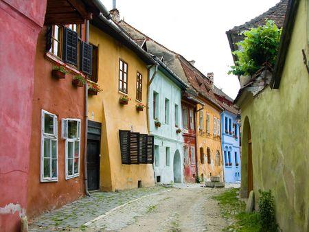 Antike Häuser auf mittelalterlichen Strassenansicht mit Häusern in Sighisoara, sächsischen Stadt in Siebenbürgen, Rumänien