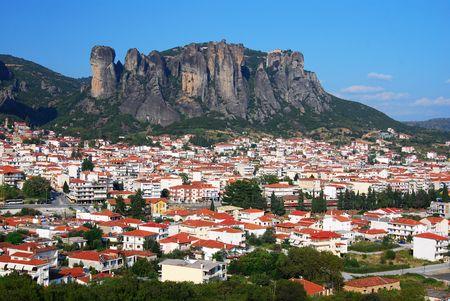 Kalampaka city with Metora cliffs, landmark of Greece 免版税图像