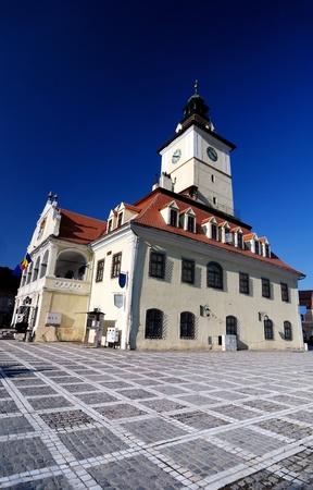 oficina antigua: El centro de ciudad de Brasov est� marcada por la Oficina del alcalde ex edificio (Consejo de casa) y la Plaza circundante, que incluye uno de los edificios m�s antiguos de la ciudad (siglo XV). Foto de archivo