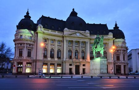 bucuresti: The Central University Library, old building in Bucharest with statue of King Carol I of Romania