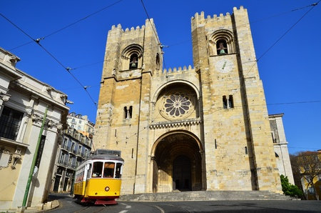 electric tram: Se Cathedral  oldest church, from XIIth century  and Yellow Tram  Americanos , two symbols of Lisbon, Portugal Stock Photo