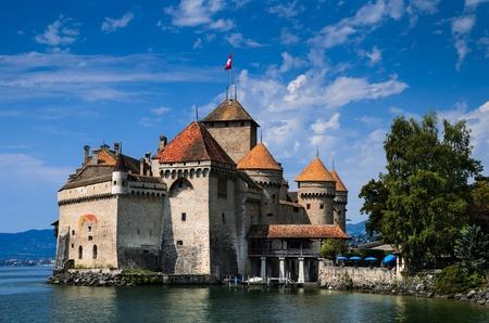 ufortyfikować: Zamek Chillon, od XI wieku, jest w Szwajcarii s najczęściej odwiedzanym zabytkiem
