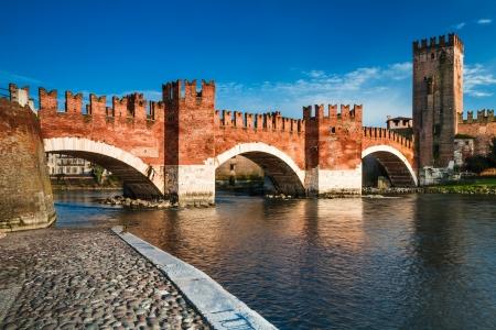 View of Adige river and medieval stone bridge of Ponte Scaligero in Verona, built in 14th century near Castelvecchio  Italy  免版税图像