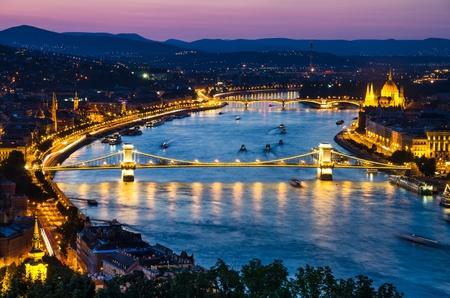 szechenyi: Vista nocturna de Puente de las Cadenas Szechenyi en el r�o Danubio, Budapest, Hungr�a con Orszaghaz edificio del Parlamento Foto de archivo