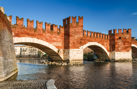 Verona, Italy. Adige River and medieval stone bridge of Ponte Scaligero built in 14th century near Castelvecchio. Imagens