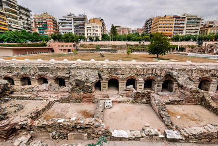 Ruins of the two-terraced Roman Forum (Ancient Agora) in Thessaloniki centre. Thessaloniki is home to a number of prominent archaeological sites from ancient times. 免版税图像
