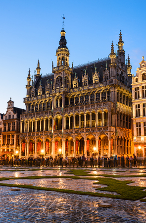 Bruxelles: Bruxelles, Belgium. Night image with Grand Place (Grote Markt) and Maison du Roi, built in 1536