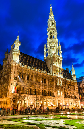 bruxelles: Bruxelles, Belgium. Night image with Grand Place (Grote Markt) and Hotel du Ville, town hall built in 1449.