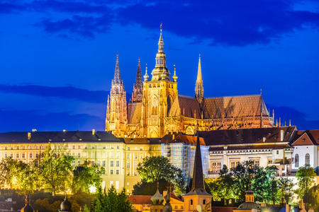 Prag, Tschechische Republik. Hradcany (Prager Burg) mit St. Vitus Cathedral und St. George Church Abenddämmerung, Böhmen Wahrzeichen in Praha.
