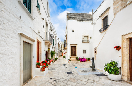 Locorotondo, Italy. Medieval whitewashed street and houses in small city of Puglia, Apulia, Bari region. 新闻类图片