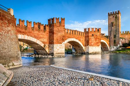 Verona, Italy. Scenery with Adige River and Ponte Scaligero and Castelvecchio, medieval landmarks of veronese city. 免版税图像