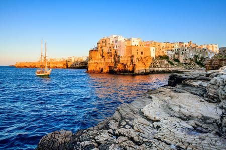 プーリア、イタリア。ポリニャーノ ・ ア ・ マーレ、アドリア海、プッリャ州バーリ県南イタリアの町の日没の風景 写真素材 - 51379120