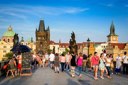 praha: PRAGUE, CZECH REPUBLIC - AUGUST 6, 2015: Prague, Czech Republic. The popular tourist itinerary in Praha, Boemia on the Charles Bridge.