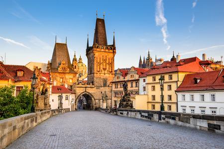 Praga, Republika Czeska. Most Karola z jego statuetki, Lesser Town Tower Bridge i wieży Judith Bridge.