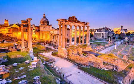 Rome, Italie. Vue crépusculaire Superbe du Forum Romain ruines antiques, vu depuis la colline du Capitole avec Colisée.