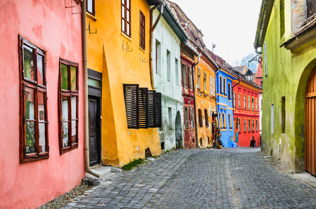 Sighisoara, Romania. Stone paved old streets with colorful houses in Sighisoara fortress, Transylvania region of Europe 免版税图像