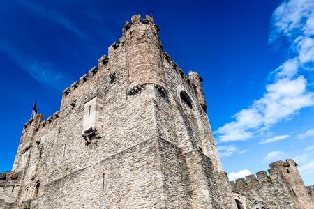 edad media: Gent, Bélgica. Puerta fortificada del castillo de Gravensteen en Gante, construido en 1180 cerca del río Edad Media Lieve, Flandes hito.