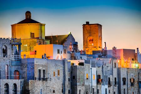 プーリア、イタリア。ポリニャーノ ・ ア ・ マーレ、アドリア海、プッリャ州バーリ県南イタリアの町の日没の風景 写真素材 - 67181841