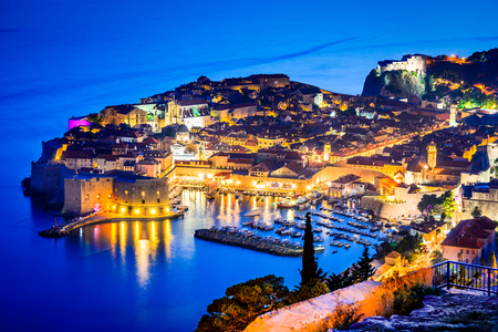 Dubrovnik, Croatia. Spectacular twilight picturesque view on the old town of Dubrovnik, Ragusa on Dalmatian Coast. 免版税图像