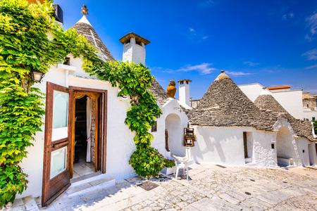 Alberobello, 이탈리아, Puglia입니다. 원추형 지붕이있는 독특한 Trulli 주택. Trullo, trulli, 원추형 지붕으로 전통적인 Apulian 마른 돌 오두막. 스톡 콘텐츠 - 75459451
