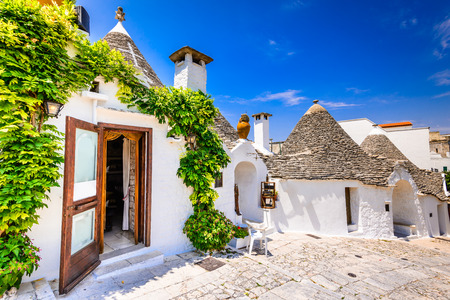 Alberobello, Italy, Puglia. Unique Trulli houses with conical roofs. Trullo, trulli, a traditional Apulian dry stone hut with a conical roof. 免版税图像 - 75459451