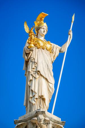Viena, Austria. Parlamento austríaco con la estatua de Pallas Atenea de la diosa griega de la sabiduría. Wien.